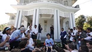 L'opposante birmane Aung San Suu Kyi lors d'une conférence de presse à Rangoon le 15 janvier 2012.