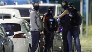 Les policiers à Boussy-Saint-Antoine lors de l'arrestation de quatre jeunes femmes dont le projet était de commettre un attentat à Paris, le 8 septembre 2016.