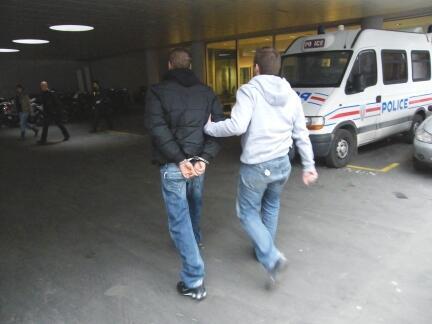 Mise en garde à vue d'un délinquant au commissariat de Bobigny.