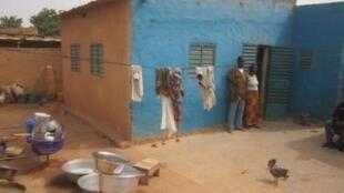 Habitants d'une zone non lotie de l'arrondissement de Sig-Noghin, à Watinoma, dans la banlieue de Ouagadougou.