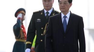 六月十五日,上合峰会结束后,中国国家主席胡锦涛到达莫斯科,展开国事访问