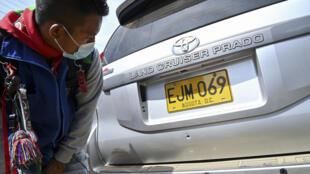 Un hombre examina un agujero de bala en el automóvil del senador indígena colombiano Feliciano Valencia, en Tacueyo, Departamento de Cauca, Colombia, el 29 de octubre de 2020