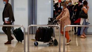 Des passagers en provenance de Paris arrivent à l'aéroport de Madrid après la réouverture des frontières espagnoles, le 21 juin 2020.