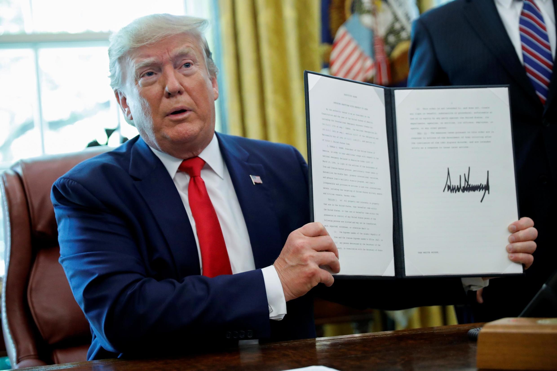 دونالد ترامپ، رئیس جمهوری آمریکا، فرمان مجازاتهای تازهای علیه جمهوری اسلامی ایران و مقامات بلندپایۀ این کشور را روز دوشنبه ٣ تیر/ ٢٤ ژوئن ٢٠۱٩در اطاق بیضی کاخ سفید امضاء کرد.