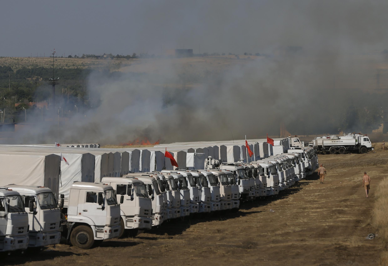 O comboio humanitário russo está parado a poucos quilômetros da fronteira com a Ucrânia e deve passar por uma inspeção antes que seu carregamento possa ser transferido para o território ucraniano.