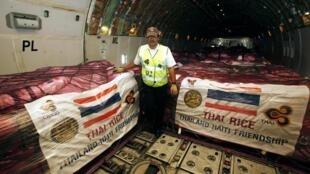 Des sacs de riz en provenance de Thaïlande vont être acheminés vers Haïti, le 1er février 2010.