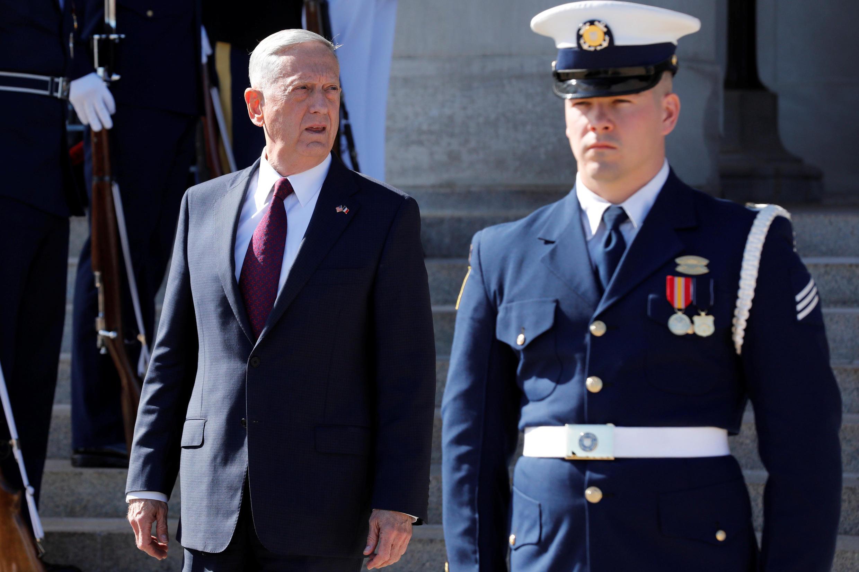 (Ảnh minh họa) - Bộ trưởng Quốc Phòng James Mattis (trái) tại bang Virginia, ngày 20/10/2017.