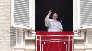 """روز یکشنبه اول سپتامبر/١٠ شهریور، رهبر کلیسای کاتولیک که ٨٢ سال دارد، بلافاصله بعد از این که در مقابل چشمانتظاران میدان سانپیترو ظاهر شد گفت: """"به خاطر دیر آمدن از همۀ شما معذرت میخواهم""""."""