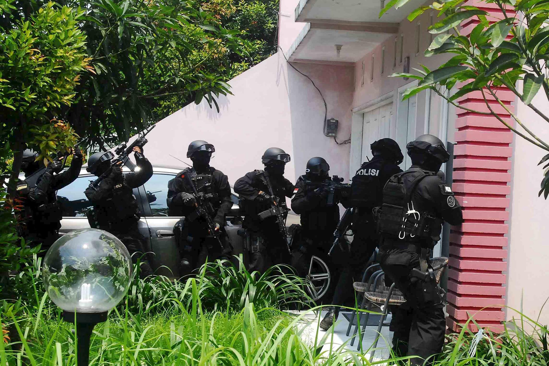Cảnh sát chống khủng bố lục soát nhà một kẻ tình nghi thành viên tổ chức Nhà nước Hồi giáo ở Jakarta ngày 22/03/ 2015
