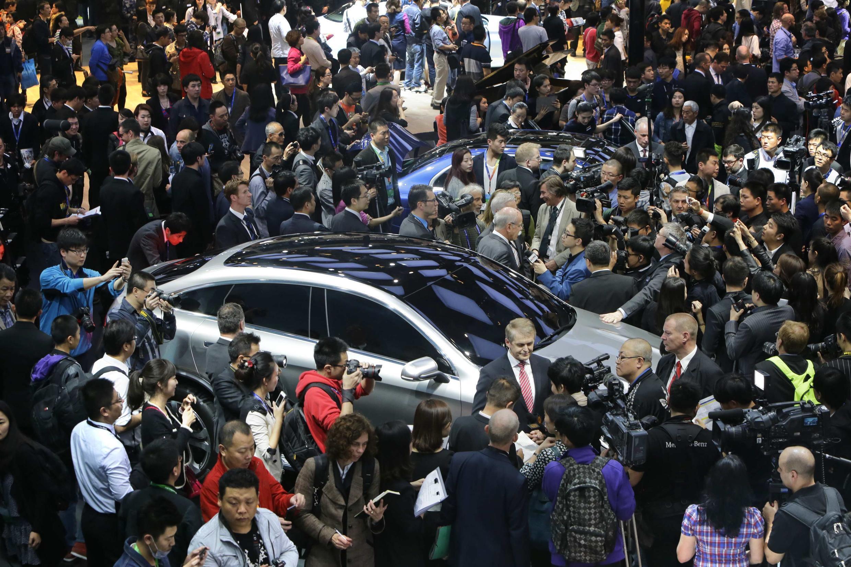 Visitantes frente al estand de Mercedes Benz el 20 de abril, Salón del  Automóvil 2014, Pekín.