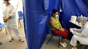 Une infirmière fait le test de la grippeA à une femme, au centre de traitement de Nouméa, en Nouvelle-Calédonie(France).