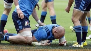 taly's Sergio Parisse scores in Six Nations opener