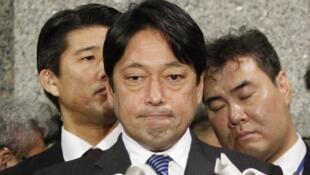 日本防卫大臣2月5日向记者解释日本国防政策