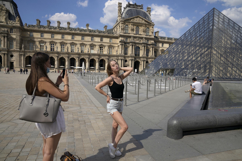 来自德国的Paula WEI在卢浮宫前合影。摄于2021年6月9日。