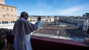 """Saludo del papa Francisco a los feligreses durante el mensaje """"Urbi et Orbi"""" desde el balcón principal de la Basílica de San Pedro en el Vaticano."""