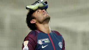 Neymar comemorou seu gol na vitória de 2 a 0 do PSG contra o Amiens pela Copa da Liga colocando a chuteira na cabeça.