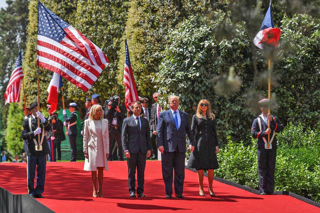 دونالد ترامپ، رئیس جمهوری آمریکا و امانوئل ماکرون، رئیس جمهوری فرانسه به همراه همسرانشان در مراسم گرامیداشت هفتادو پنجمین سالگرد پیاده شدن نیروهای متفقین در نُرماندی. Colleville-sur-Mer- پنجشنبه ۱۶ خرداد/ ۶ ژوئن ٢٠۱٩
