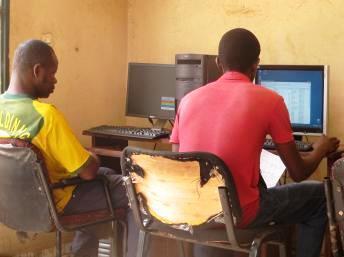 Dans un cybercafé de Bamako, au Mali, les usagers se plaignent d'une connexion trop lente.