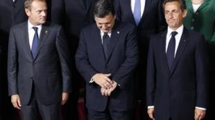 O primeiro-ministro polonês Donald Tusk (à esq.), José Manuel Barroso, presidente da Comissão europeia (centro) e o presidente francês Nicolas Sarkozy, fazer pose para a fotografia em Bruxelas.