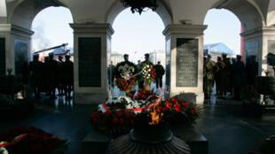Une parade militaire devant le tombeau du soldat inconnu.