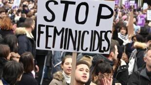 """Một người biểu tình mang biểu ngữ """" Chấm dứt nạn giết hại phụ nữ"""" trong ngày biểu tình chống bạo lực đối với phụ nữ, 23/11/2019."""