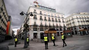 Askari wakipiga doria kwenye mitaa ya Madrid, Machi 16, 2020, baada ya kutangaza hali ya hatari kutokana na virusi vya ugonjwa hatari wa Covid-19.