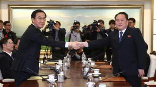 Os chefes da delegação norte-coreana, Ri Son Gwon(direita) e sul-coreana, Cho Myoung-gyon, durante a reunião na zona desmilitarizada que separa as duas Coreias, em Panmunjom, 9 de janeiro de 2018.