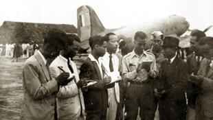 Ông Võ Nguyên Giáp đang trả lời báo chí trước khi lên đường đi Đà Lạt hội nghị với Pháp - 1946
