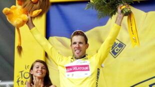 Jean-Patrick Nazon reçoit son maillot jaune lors de la cérémonie protocolaire en juillet 2003.