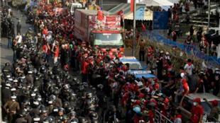 La police anti-émeutes thaïlandaise se dresse face aux milliers de «chemises rouges», anti-gouvernementaux, qui ont dressé des barricades.