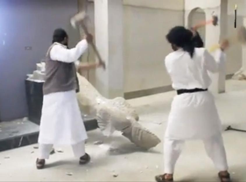 Một nhóm quân thánh chiến tổ chức Nhà nước Hồi giáo đang phá hủy các tượng cổ tại Bảo tàng Mossoul, Irak.