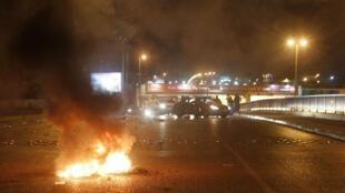 Des jeunes sunnites ont bloqué la route menant à l'aéroport international de Beyrouth, durant la nuit de dimanche 20 à lundi 21 mai 2012.