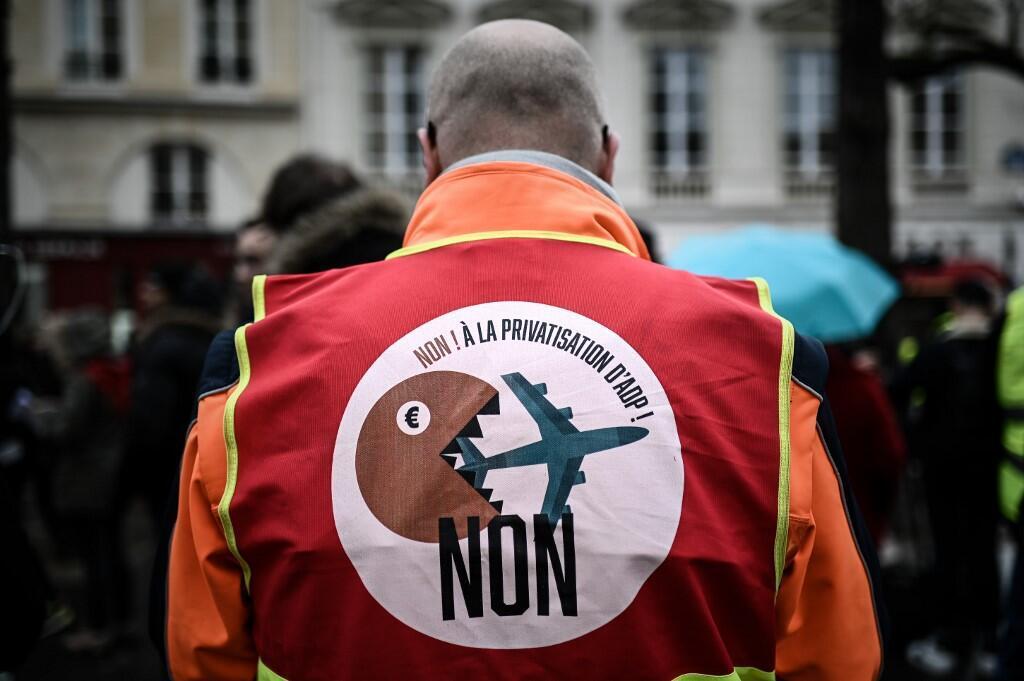 """Một thành viên của Tổng Liên Đoàn Lao Động Pháp mặc áo in hình với dòng chữ """"Không tư hữu hóa ADP"""" trong một cuộc biểu tình trước trụ sở Quốc Hội Pháp, Paris, ngày 13/03/2019"""