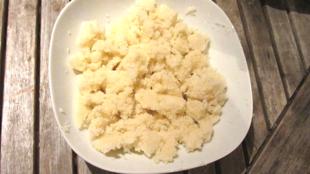 Un plat d'attiéké, le couscous de manioc, spécialité de Côte d'Ivoire.