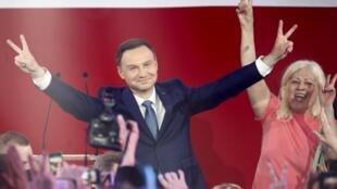 Andrzej Duda alifanya ishara ya ushindi baada ya matokeo ya kwanza ya raundi ya pili ya uchaguzi wa rais katika Warsaw, Mei 24