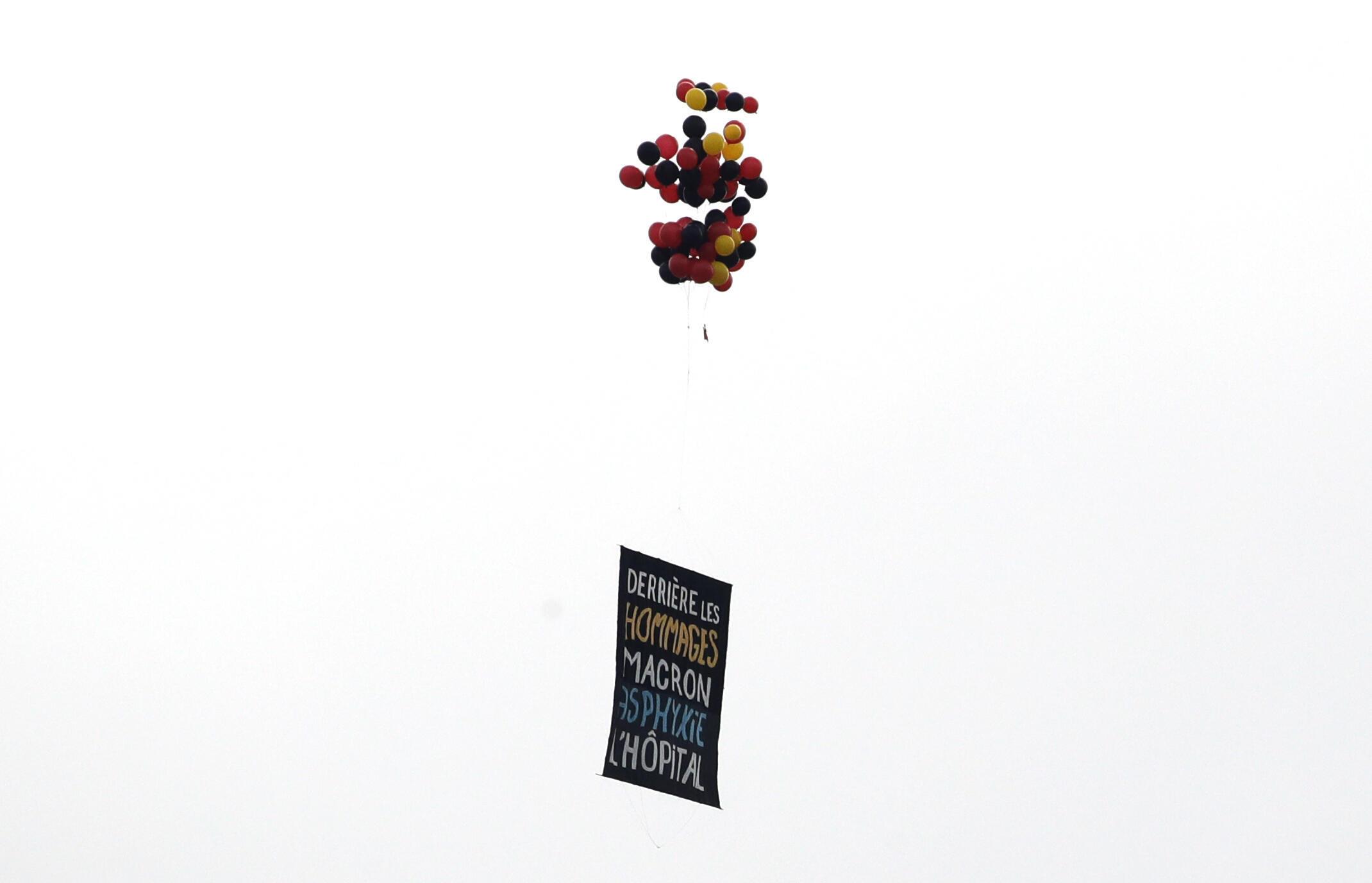 Cartaz lançado na Praça da Concórdia, durante a Festa Nacional francesa, celebrada neste 14 de julho de 2020.