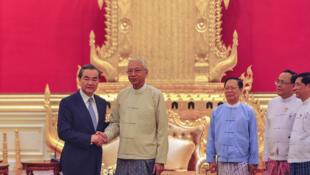 Le ministre chinois des Affaires étrangères Wang Yi (G) avec le président Htin Kyaw (C) à Naypyidaw, le 20 novembre 2017.