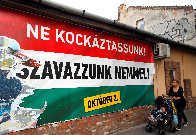 """Trên đường phố Hungary, các biểu ngữ lớn trên màu cờ đỏ, trắng, xanh lá cây kêu gọi dân chúng nói """"không"""" trong cuộc trưng cầu dân ý ngày 02/10/2016."""