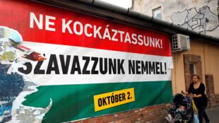 Dans une rue de Budapest, de grandes affiches rouge, blanc et vert, les couleurs du drapeau national, appellent à voter «non» au référendum ce dimanche 2 octobre 2016.