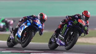 Le pilote Yamaha Fabio Quartararo (#20) devant Alex Rins sur Suzuki lors du GP de Doha, le 4 avril 2021