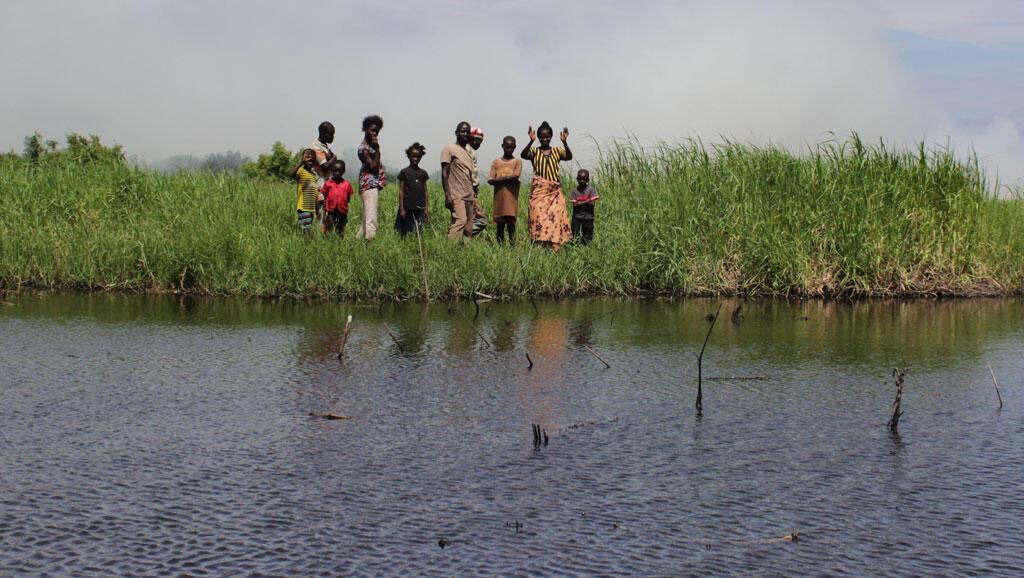 Des habitants au bord du lac Nokoué.