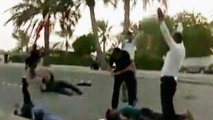 Una captura de TV muestra a una víctima herida por el Ejército en Manama clamando por ayuda.
