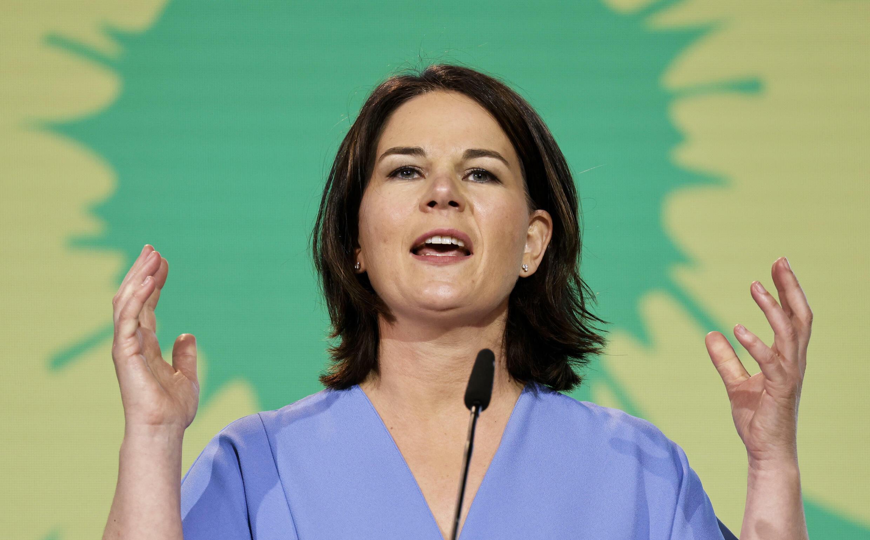 Annalena Baerbock gesticula durante un discurso en el congreso virtual de Los Verdes alemanes, el 13 de junio de 2021 en Berlín