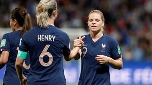 法国女足小组赛2比1战胜挪威队,小组名列第一。