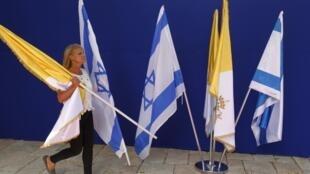 Trang trí cờ Israel và Vatican tại tư dinh Tổng thống Shimon Peres, tại Jerusalem, chuẩn bị đón tiếp Giáo hoàng Phanxicô