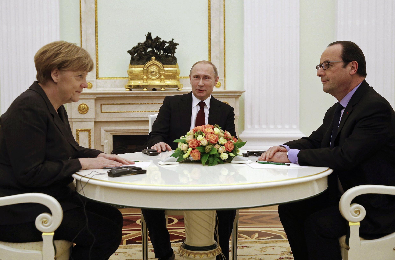 Merkel, Putin e Hollande durante a reunião de cinco horas.