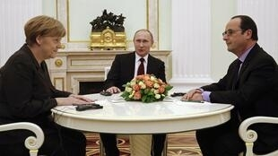 German Chancellor Angela Merkel (R), Russian President Vladimir Putin and France's François Hollande meet at the Kremlin