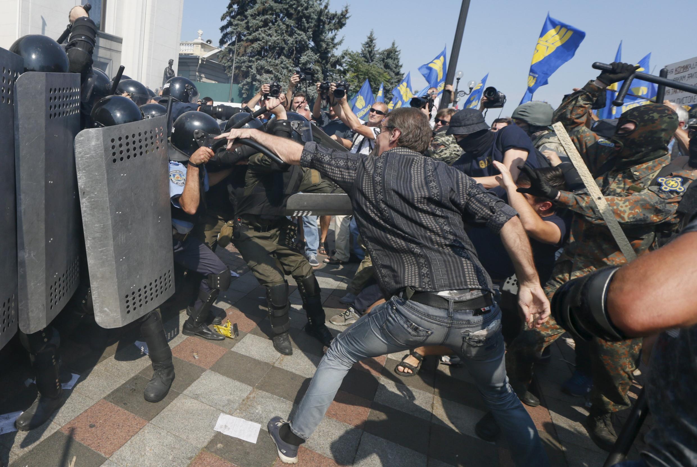 Um grupo de manifestantes tentou invadir o parlamento ucraniano nesta segunda-feira.