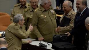 El primer secretario del partido comunista, Raúl Castro, saludo al nuevo Primer ministro, Manuel Marrero (de civil).