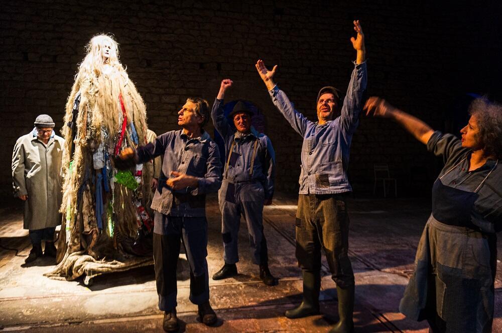 Photographie du spectacle «Ploutos, l'argent Dieu» qui se joue actuellement au Théâtre de l'Épée de bois, à la Cartoucherie de Vincennes.